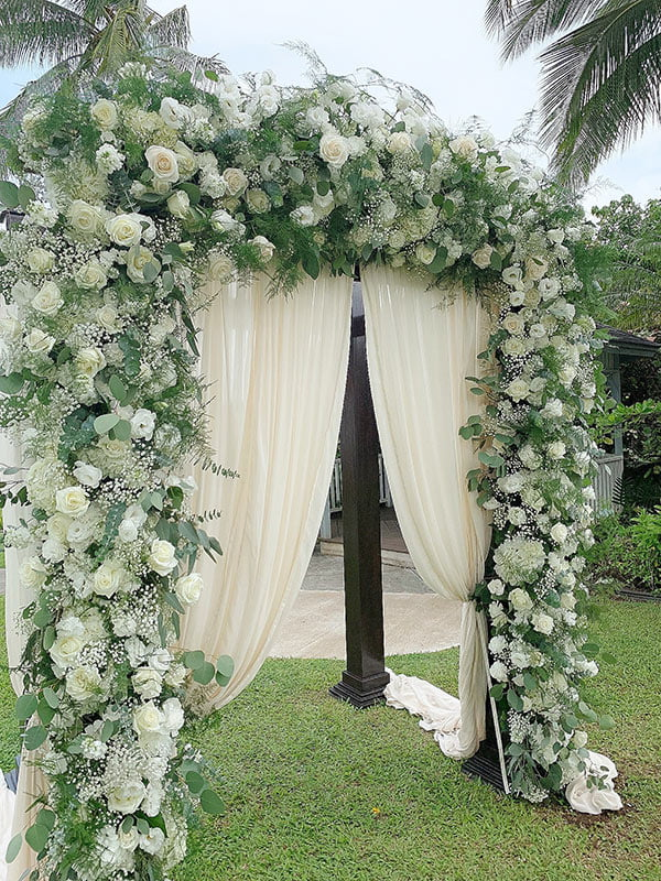 Gorgeous wedding arch decor